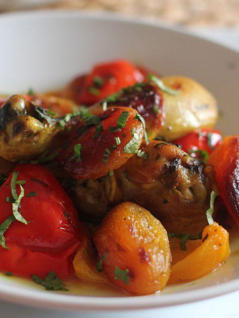Tajine de poulet abricot sec et poivron en papillote