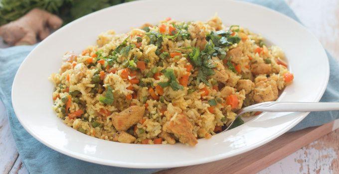 Riz sauté au poulet et légumes